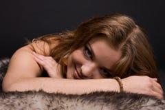 Retrato do close up da mulher selvagem nova na pele Foto de Stock Royalty Free
