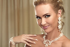 Retrato do close-up da noiva bonita feliz que mostra um casamento Foto de Stock Royalty Free