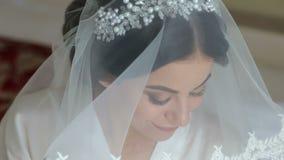 Retrato do close-up da noiva consideravelmente tímida com um véu video estoque