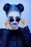 Retrato do close up da senhora bonita no azul Imagens de Stock Royalty Free