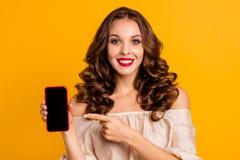 Retrato do close-up da senhora ondulado-de cabelo animador alegre bonita atrativa agradável que mostra usando o Internet fresco n imagens de stock royalty free