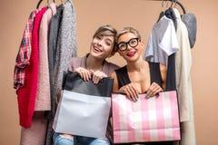 Retrato do close up das mulheres positivas felizes que guardam sacos de papel imagens de stock