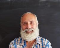 Retrato do close-up de alegre e de rir o homem levemente farpado foto de stock