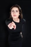 Retrato do close up de apontar sério da jovem mulher Foto de Stock Royalty Free