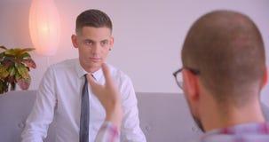 Retrato do close up de dois homens de negócios caucasianos que têm uma discussão de encontro dentro no escritório video estoque
