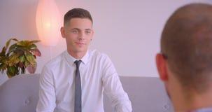 Retrato do close up de dois homens de negócios que têm uma discussão da colaboração dentro no escritório dentro filme