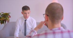 Retrato do close up de dois homens de negócios que têm uma discussão de encontro dentro no escritório dentro vídeos de arquivo