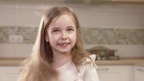 Retrato do close up de emoções da menina vídeos de arquivo