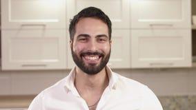 Retrato do close up de emoções do homem novo vídeos de arquivo