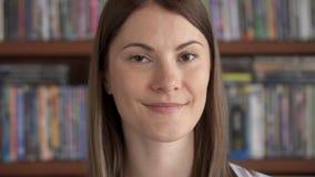 Retrato do close up de emoções poderosas sinceras da jovem mulher feliz satisfeita alegre alegre na cara filme