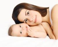 Retrato do close up de mamã e de bebê loving junto Fotografia de Stock Royalty Free