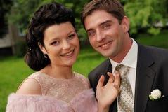 Retrato do Close-up de pares de sorriso novos ao ar livre Fotos de Stock Royalty Free
