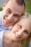 Retrato do close up de pares novos felizes. imagem de stock royalty free