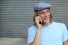 Retrato do close up de rir o homem novo que fala no telefone celular fora fotografia de stock
