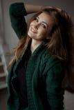 Retrato do close up de sorriso da jovem mulher bonita Imagens de Stock