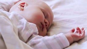 Retrato do close-up de um bebê de sono bonito filme