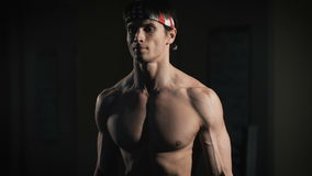 Retrato do close up de um exercício muscular do homem com o barbell no gym filme