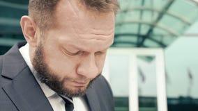 Retrato do close-up de um homem de negócio cansado que murmura algo vídeos de arquivo