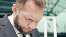 Retrato do close-up de um homem de negócio cansado que murmura algo video estoque