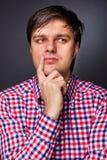 Retrato do close up de um homem novo que pensa sobre um problema fotografia de stock royalty free