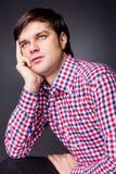 Retrato do close up de um homem novo que pensa sobre um problema imagens de stock royalty free
