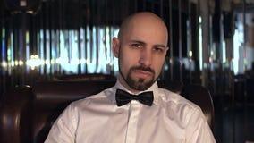 Retrato do close-up de um homem seguro com a barba que olha a câmera, movimento lento video estoque