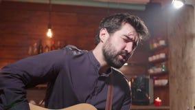 Retrato do close up de um músico masculino que canta uma música filme