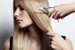 Retrato do close up de um processo do corte de cabelo foto de stock