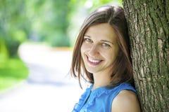 Retrato do close up de um sorriso feliz da mulher nova Fotografia de Stock