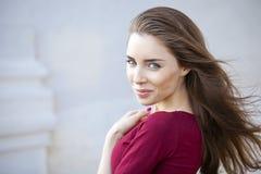 Retrato do close up de um sorriso feliz da mulher nova Fotos de Stock