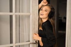 Retrato do close up de uma jovem mulher que escuta a música nos fones de ouvido Imagens de Stock