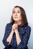 Retrato do close up de uma jovem mulher que reza, olhando acima fotografia de stock
