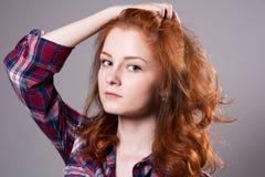 Retrato do close-up de uma jovem mulher séria Fotos de Stock Royalty Free