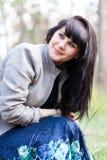 Retrato do close up de uma menina bonita na floresta Imagens de Stock Royalty Free
