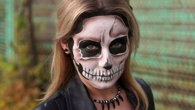 Retrato do close-up de uma menina gótico com uma composição assustador Equipamento para o Dia das Bruxas filme
