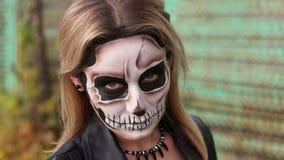 Retrato do close-up de uma menina gótico em um vestido de casamento e em uma composição assustador video estoque
