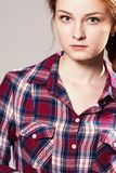 Retrato do close-up de uma menina que olha a câmera Fotografia de Stock Royalty Free