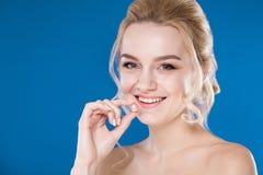 Retrato do close-up de uma moça em um fundo azul Foto de Stock Royalty Free