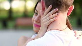 Retrato do close-up de uma moça que abrace seu indivíduo amado em um parque do verão video estoque