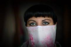 Retrato do close-up de uma mulher bonita com o olho verde expressivo imagem de stock royalty free