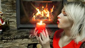 Retrato do close-up de uma mulher com uma vela vermelha video estoque
