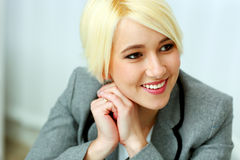 Retrato do close up de uma mulher de negócios alegre que olha afastado no copyspace Imagem de Stock