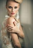 Retrato do close up de uma mulher loura elegante foto de stock