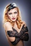 Retrato do close up de uma mulher loura em topless que veste luvas pretas do laço Imagens de Stock Royalty Free