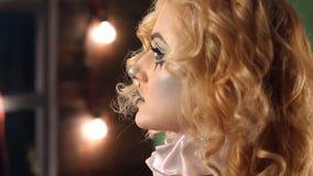 Retrato do close-up de uma mulher loura entusiasmado com composi??o no Dia das Bruxas vídeos de arquivo