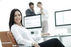 Retrato do close-up de uma mulher de negócio nova profissional imagens de stock