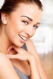 Retrato do Close-up de uma mulher nova atrativa Fotografia de Stock