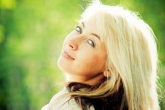 Retrato do Close-up de uma mulher nova bonita Imagens de Stock Royalty Free