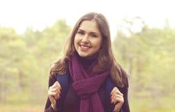 Retrato do close-up de uma mulher nova, bonita e feliz nas frentes fotos de stock royalty free