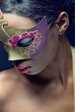 Retrato do close up de uma mulher nova com máscara fotos de stock royalty free
